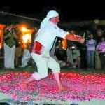 Разгоряченным от ракии туристам показывают, как танцуют на раскаленных углях