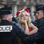 Активистки FEMEN атаковали Марин Ле Пен во время первомайской демонстрации